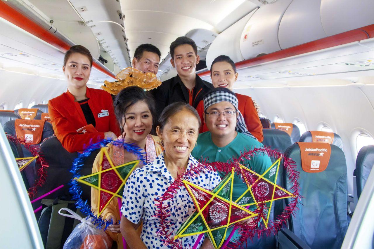 Bắt gặp Bà Tân Vlog mang bánh Trung thu siêu to khổng lồ lên máy bay - Ảnh 5.