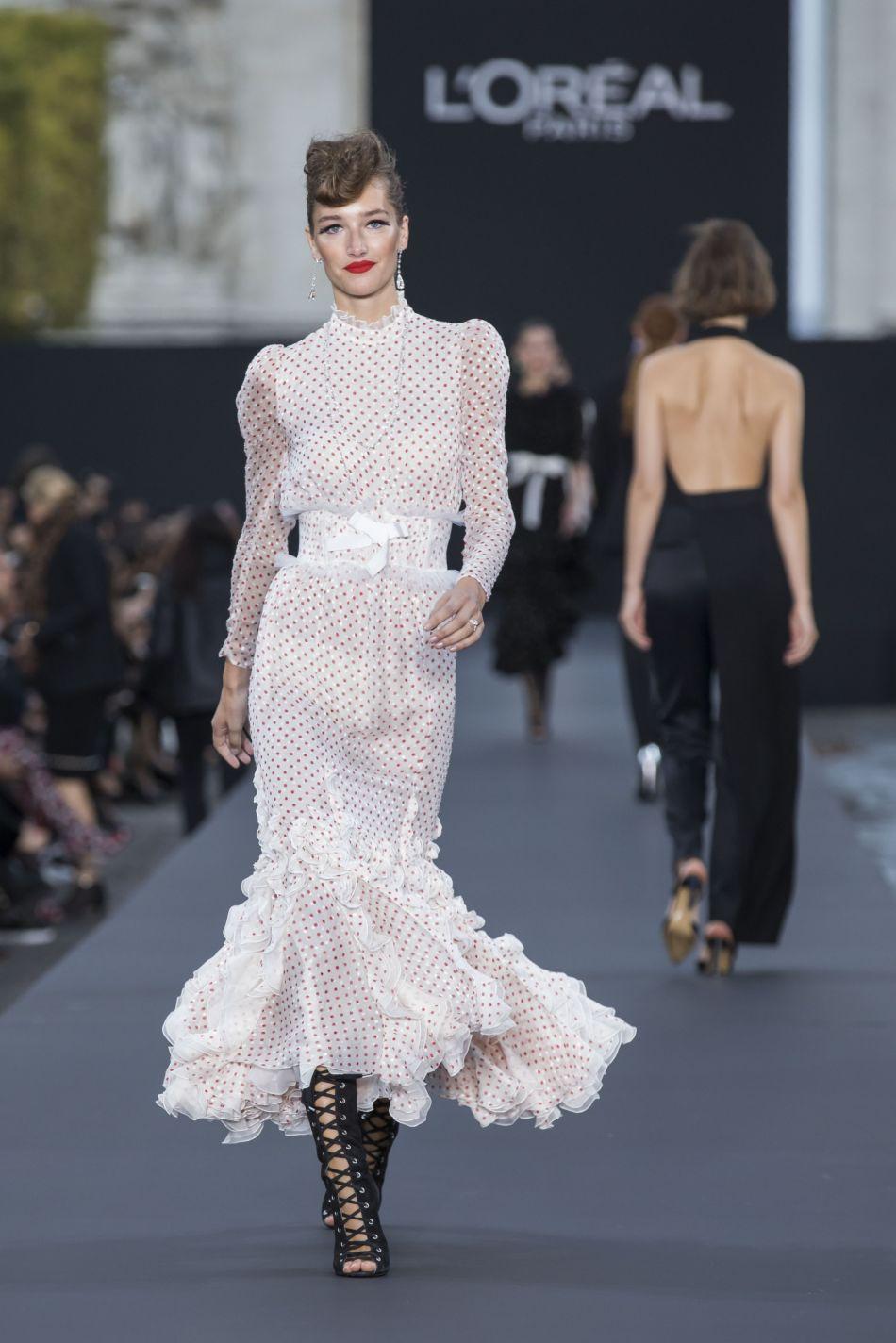 Chinh phục vương miện hoa hậu, Hương Giang lại được mời dự Paris Fashion Week, và cô nàng thực sự xứng đáng! - Ảnh 2.