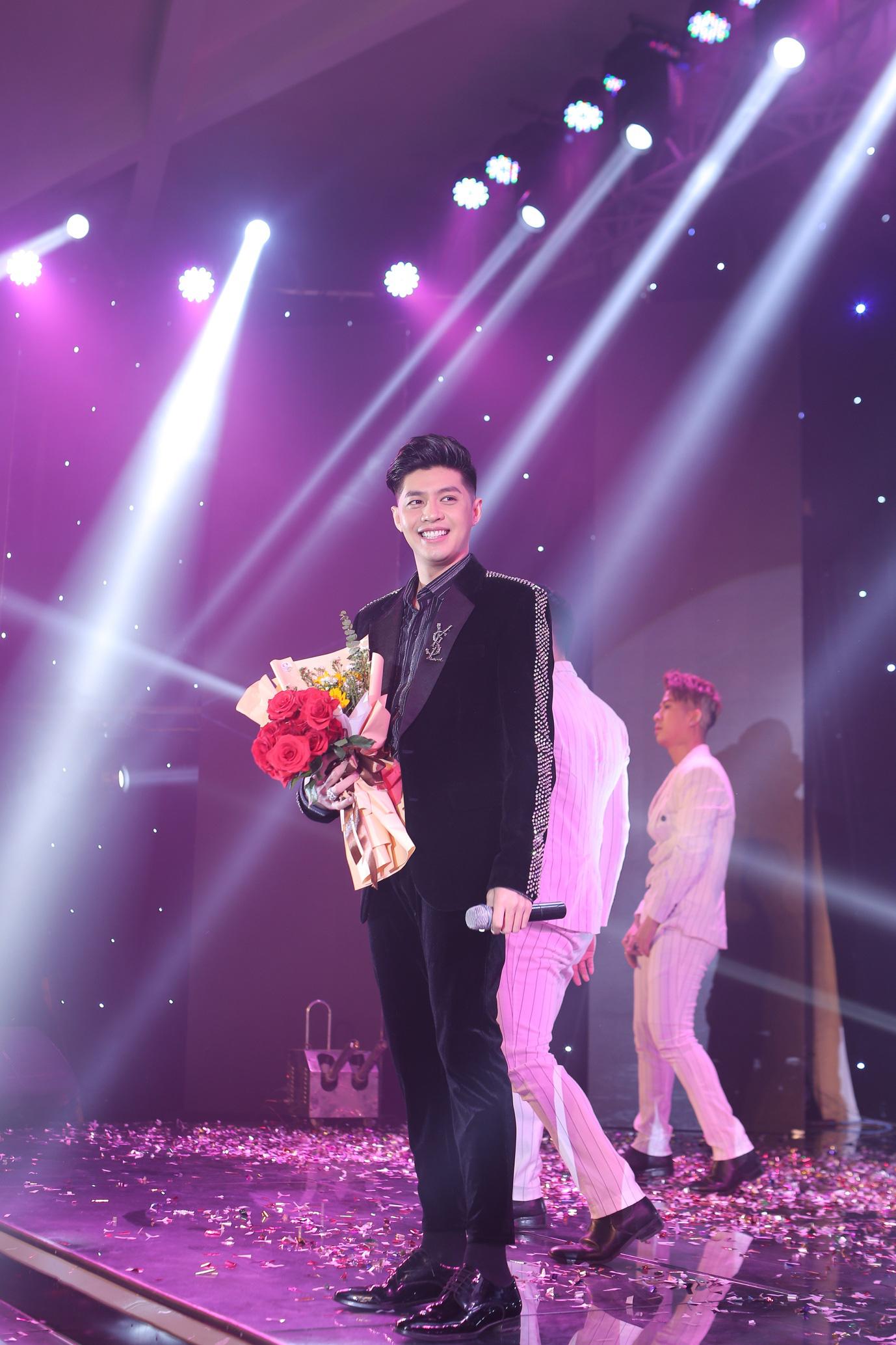 Noo Phước Thịnh cháy hết mình trên sân khấu sự kiện - Ảnh 3.
