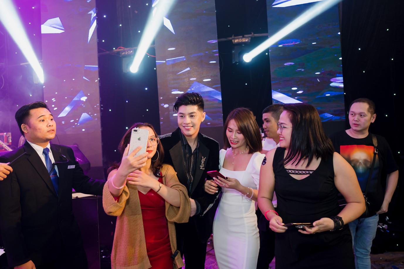 Noo Phước Thịnh cháy hết mình trên sân khấu sự kiện - Ảnh 4.