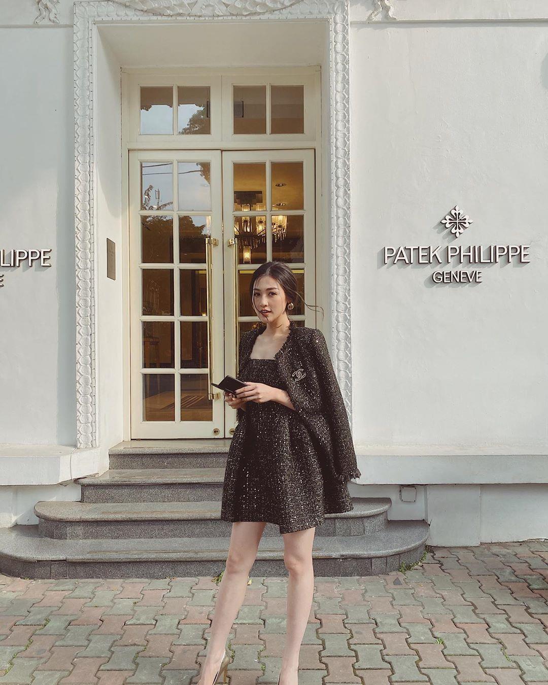 Á hậu Dương Tú Anh, ái nữ đại gia Minh Nhựa dạo phố thời thượng với trang phục và phụ kiện hàng hiệu - Ảnh 1.