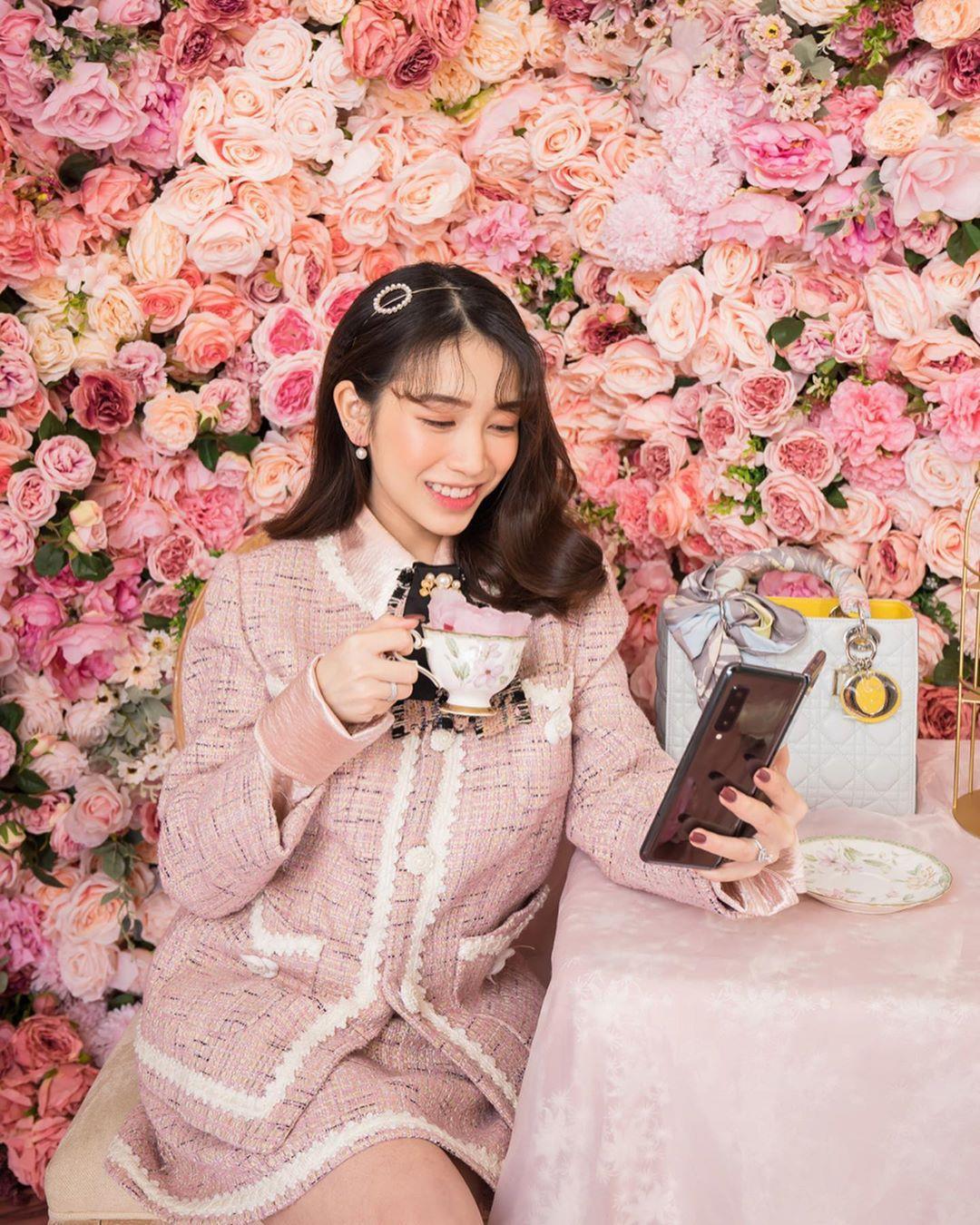 Á hậu Dương Tú Anh, ái nữ đại gia Minh Nhựa dạo phố thời thượng với trang phục và phụ kiện hàng hiệu - Ảnh 3.