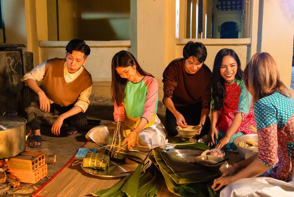 MV Tết mà muôn màu như này thì ai mà chịu nổi đây Han Sara, Suni, Đạt G - Du Uyên ơi? - Ảnh 3.