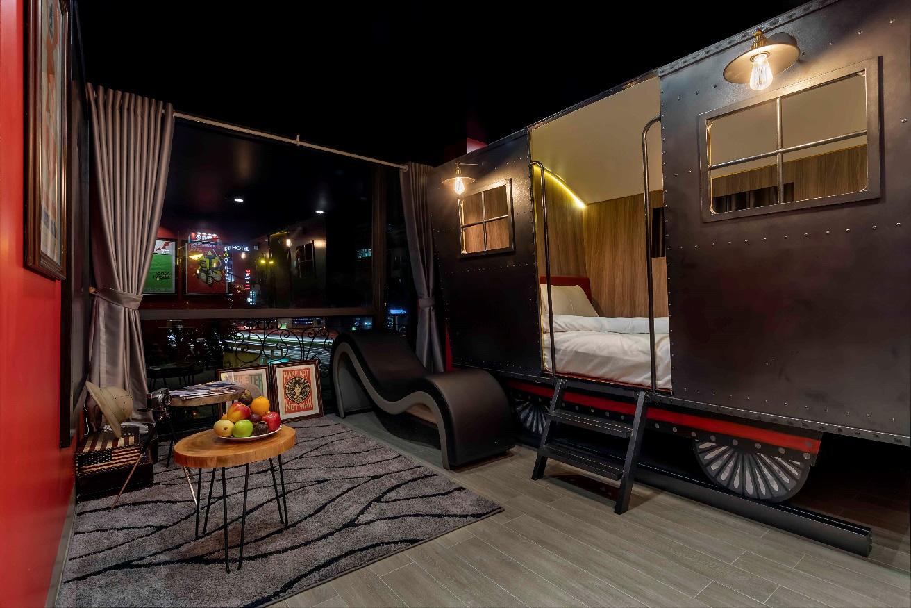 """Phát hiện khách sạn thiết kế độc đáo nhìn là muốn """"yêu"""" ngay giữa trung tâm Hà Nội - Ảnh 1."""