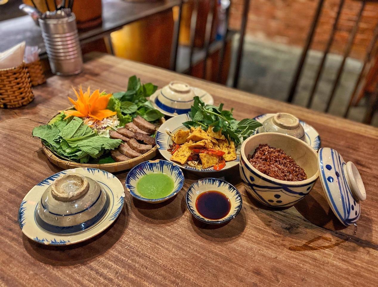 Top 5 nhà hàng mở cửa xuyên Tết ở Sài Gòn - Ảnh 7.