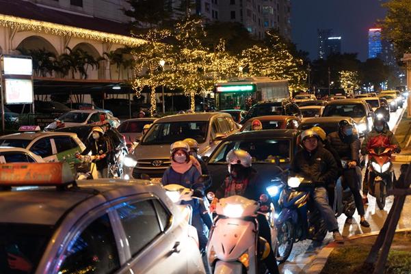 """Thời tiết mịt mù, người Hà Nội lách qua từng con phố để """"về nhà ăn Tết"""" - Ảnh 9."""