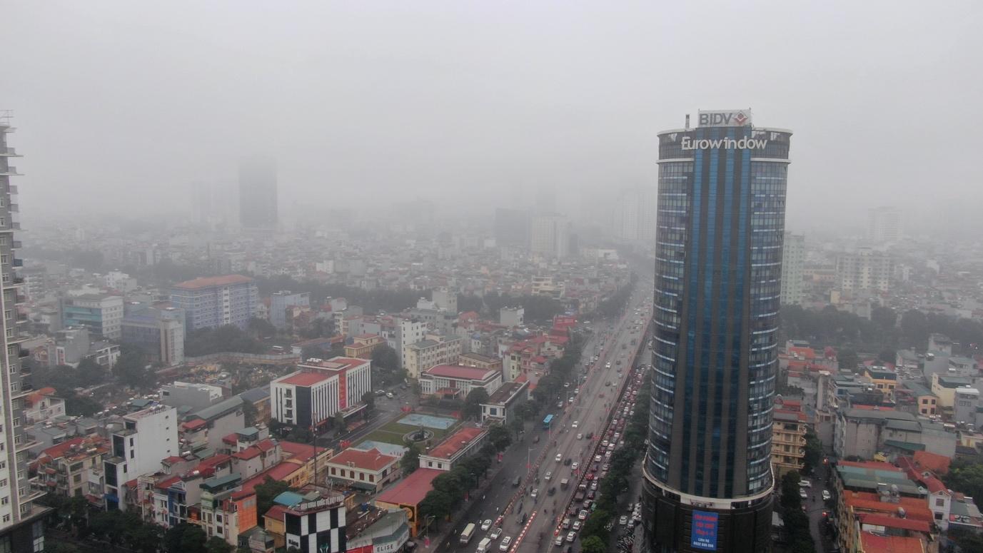 """Thời tiết mịt mù, người Hà Nội lách qua từng con phố để """"về nhà ăn Tết"""" - Ảnh 1."""