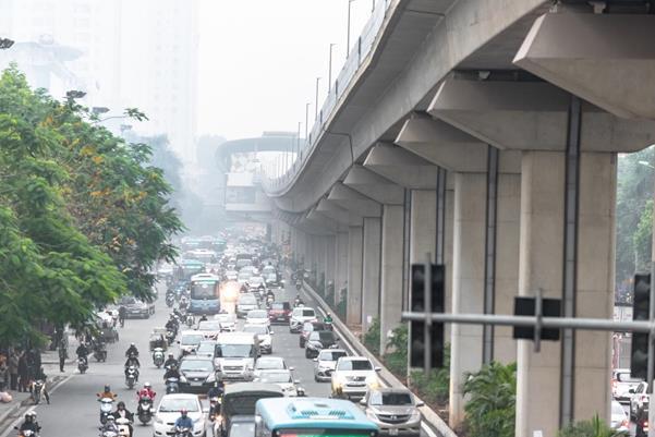 """Thời tiết mịt mù, người Hà Nội lách qua từng con phố để """"về nhà ăn Tết"""" - Ảnh 2."""