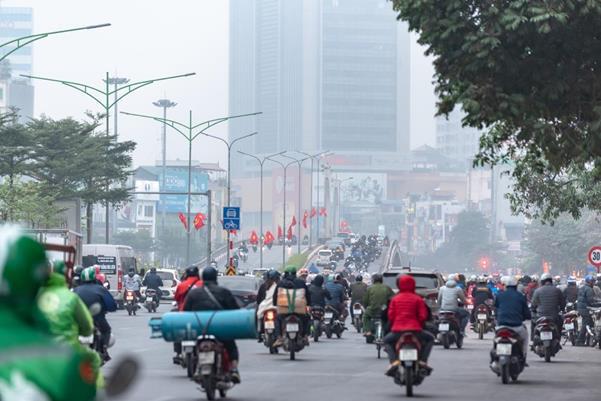 """Thời tiết mịt mù, người Hà Nội lách qua từng con phố để """"về nhà ăn Tết"""" - Ảnh 3."""