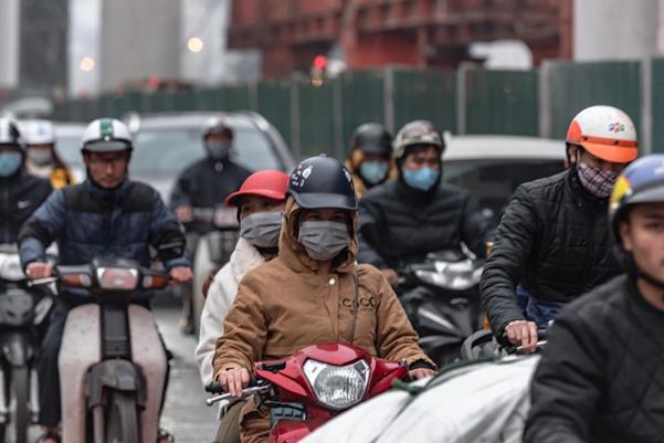 """Thời tiết mịt mù, người Hà Nội lách qua từng con phố để """"về nhà ăn Tết"""" - Ảnh 5."""