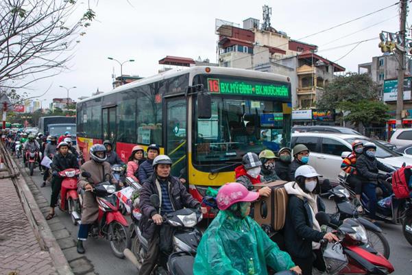 """Thời tiết mịt mù, người Hà Nội lách qua từng con phố để """"về nhà ăn Tết"""" - Ảnh 6."""