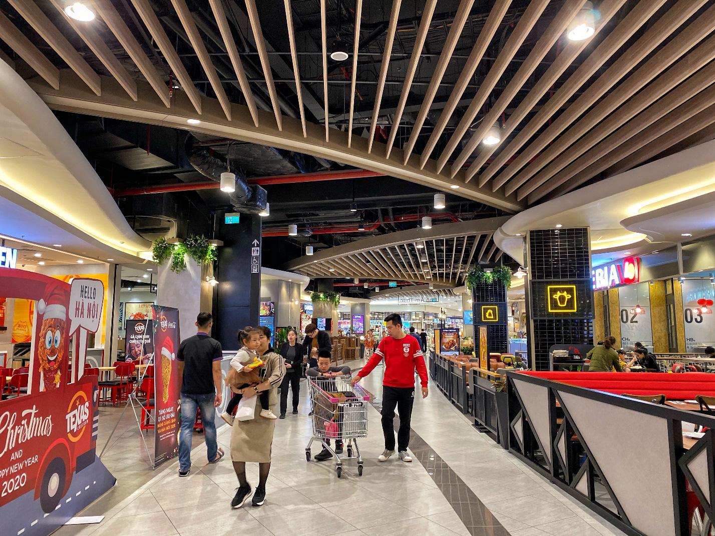 Trung tâm thương mại nhộn nhịp ngày cận Tết, ăn chơi, mua sắm thả ga mà vẫn thỏa sức vui - Ảnh 5.