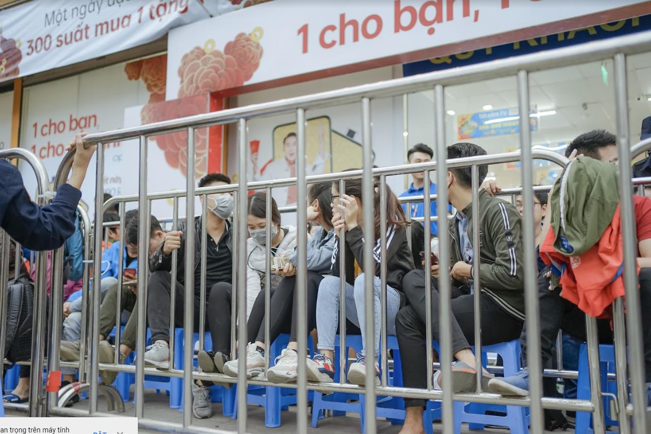 Nhiều bạn trẻ bất chấp trời mưa, xếp hàng thâu đêm chờ mua Reno2 F - Ảnh 1.