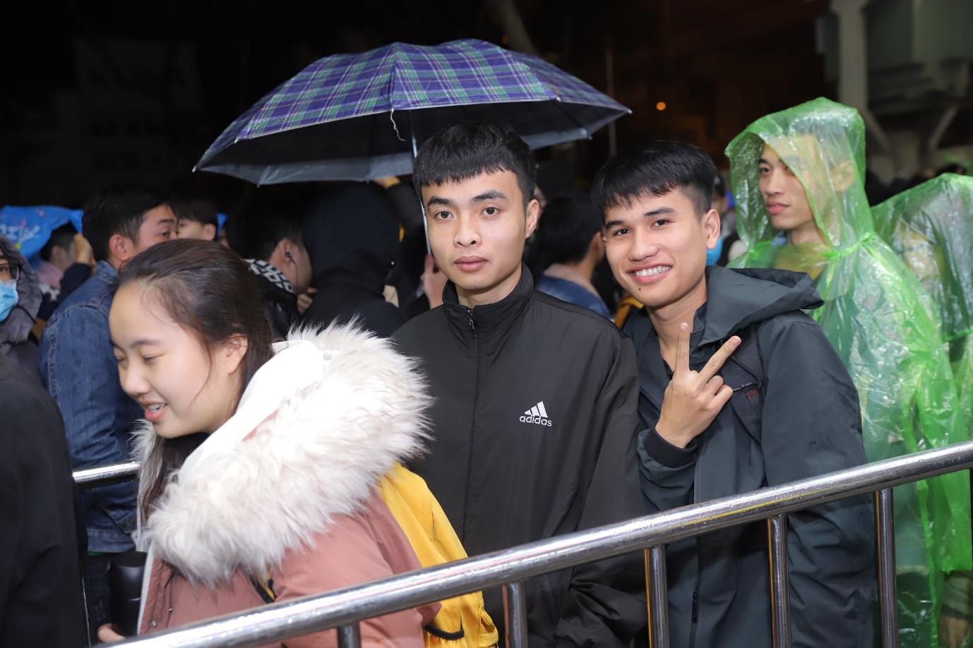 Nhiều bạn trẻ bất chấp trời mưa, xếp hàng thâu đêm chờ mua Reno2 F - Ảnh 2.