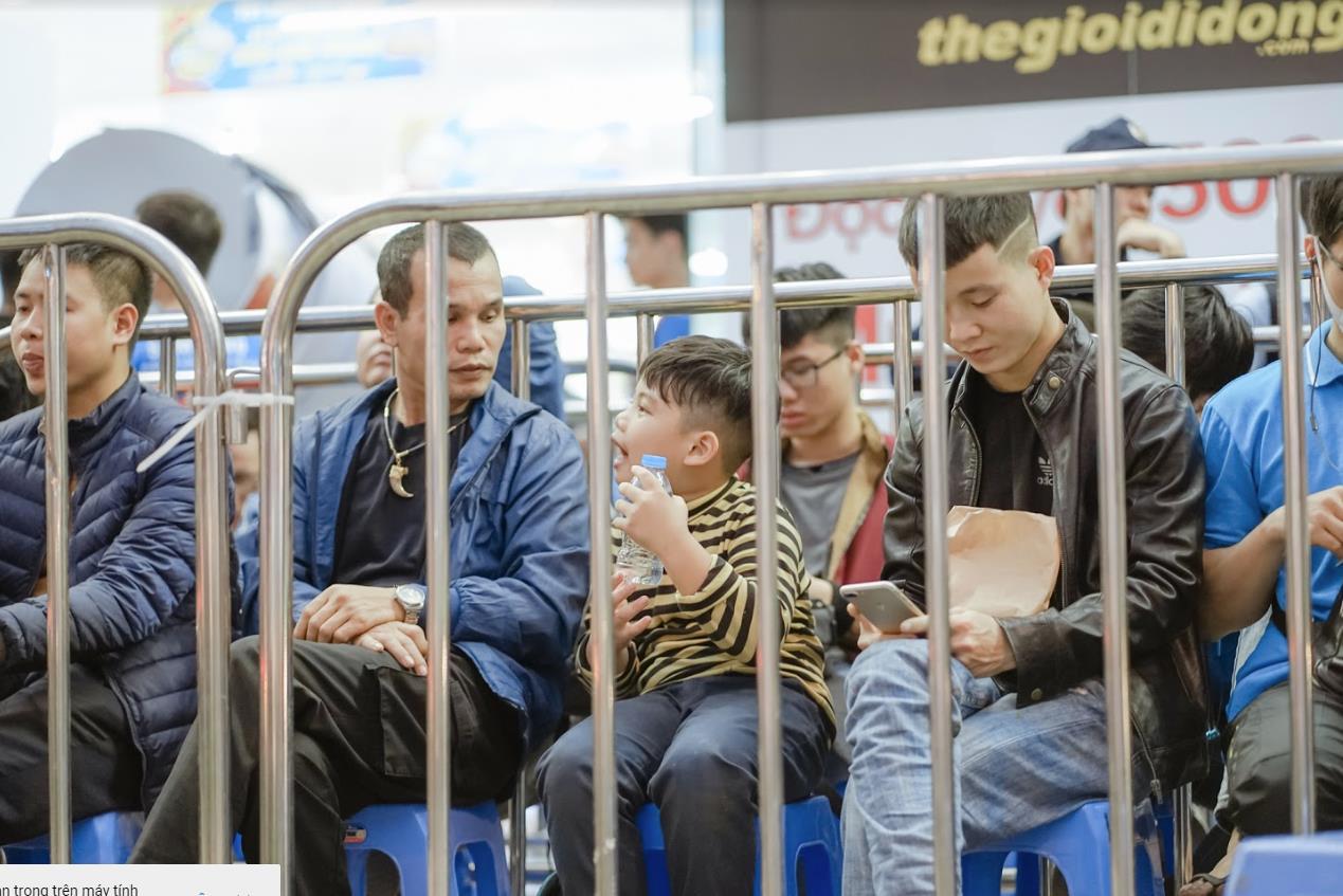 Nhiều bạn trẻ bất chấp trời mưa, xếp hàng thâu đêm chờ mua Reno2 F - Ảnh 3.