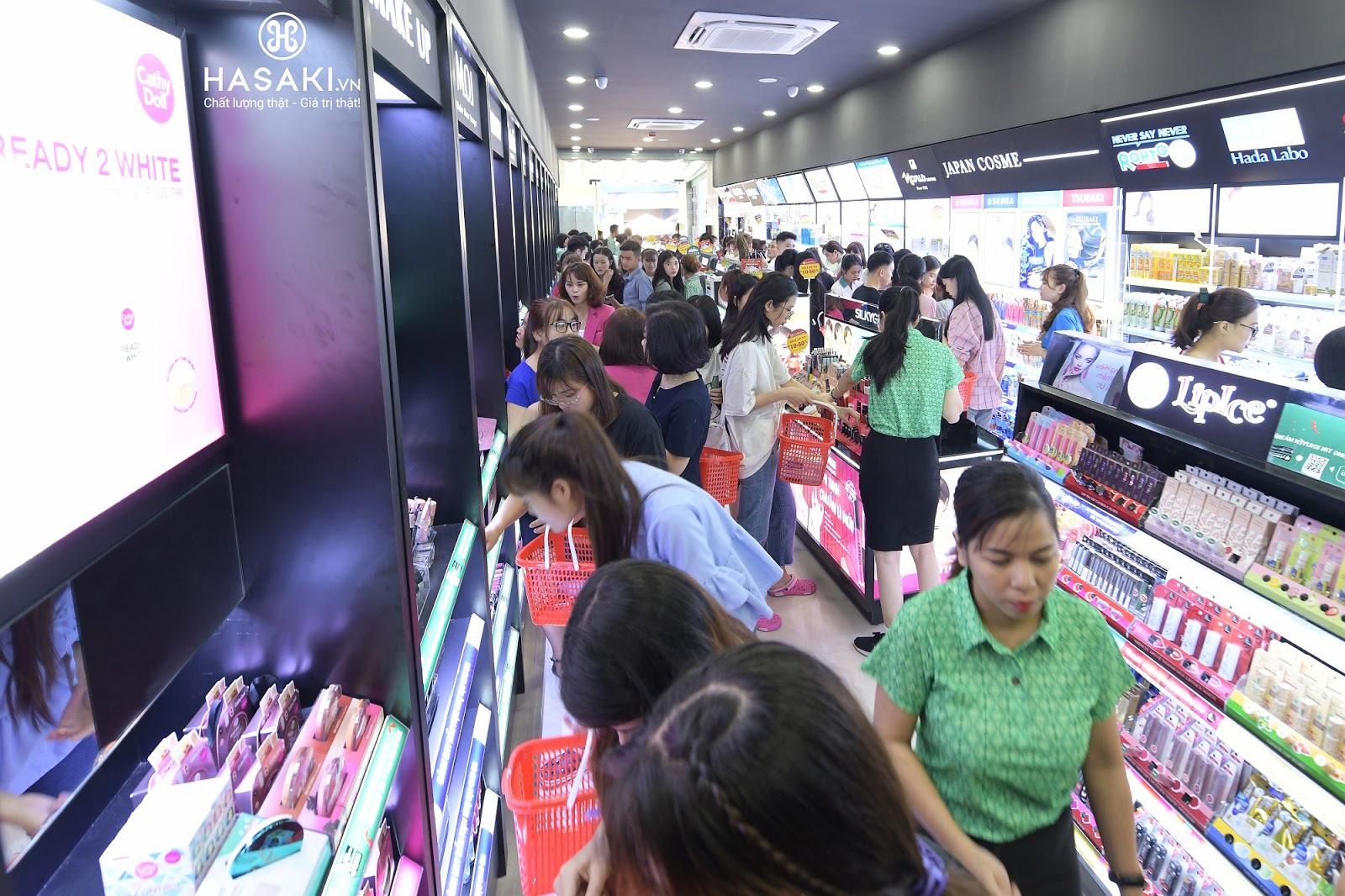 """Hàng ngàn người """"đổ xô"""" đến khai trương Hasaki chi nhánh 7 để trải nghiệm và mua sắm mỹ phẩm cao cấp với giá hời chưa từng có - Ảnh 3."""
