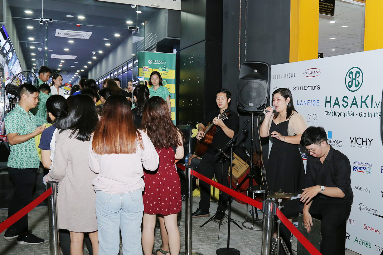"""Hàng ngàn người """"đổ xô"""" đến khai trương Hasaki chi nhánh 7 để trải nghiệm và mua sắm mỹ phẩm cao cấp với giá hời chưa từng có - Ảnh 8."""