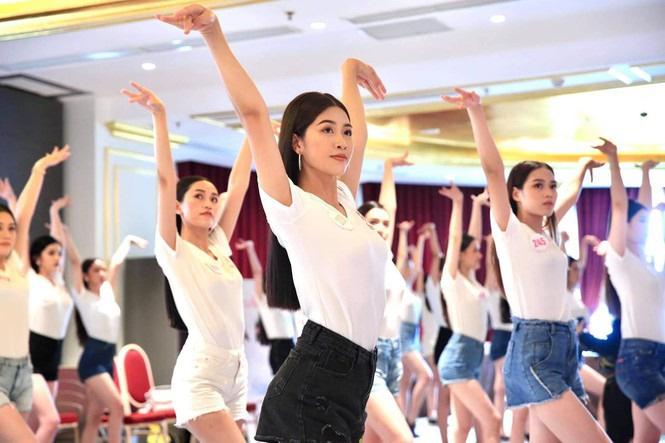 Quyến rũ trong từng đường nét, người đẹp hàng không đi tiếp vào Chung kết Hoa hậu Việt Nam 2020 - Ảnh 10.