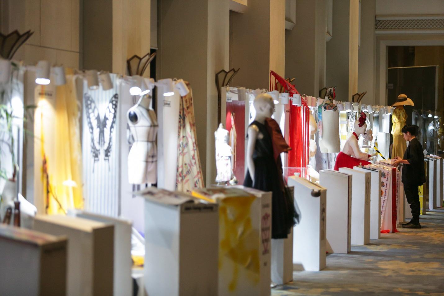 Marketing thời trang: Phía sau sàn diễn lộng lẫy là những chiến dịch truyền thông đáng giá - Ảnh 1.