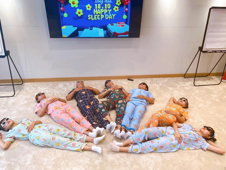 Sếp mặc pijamas sang công ty đối tác, lại xúi cả nhân viên mặc đồ ngủ đi làm - Ảnh 10.