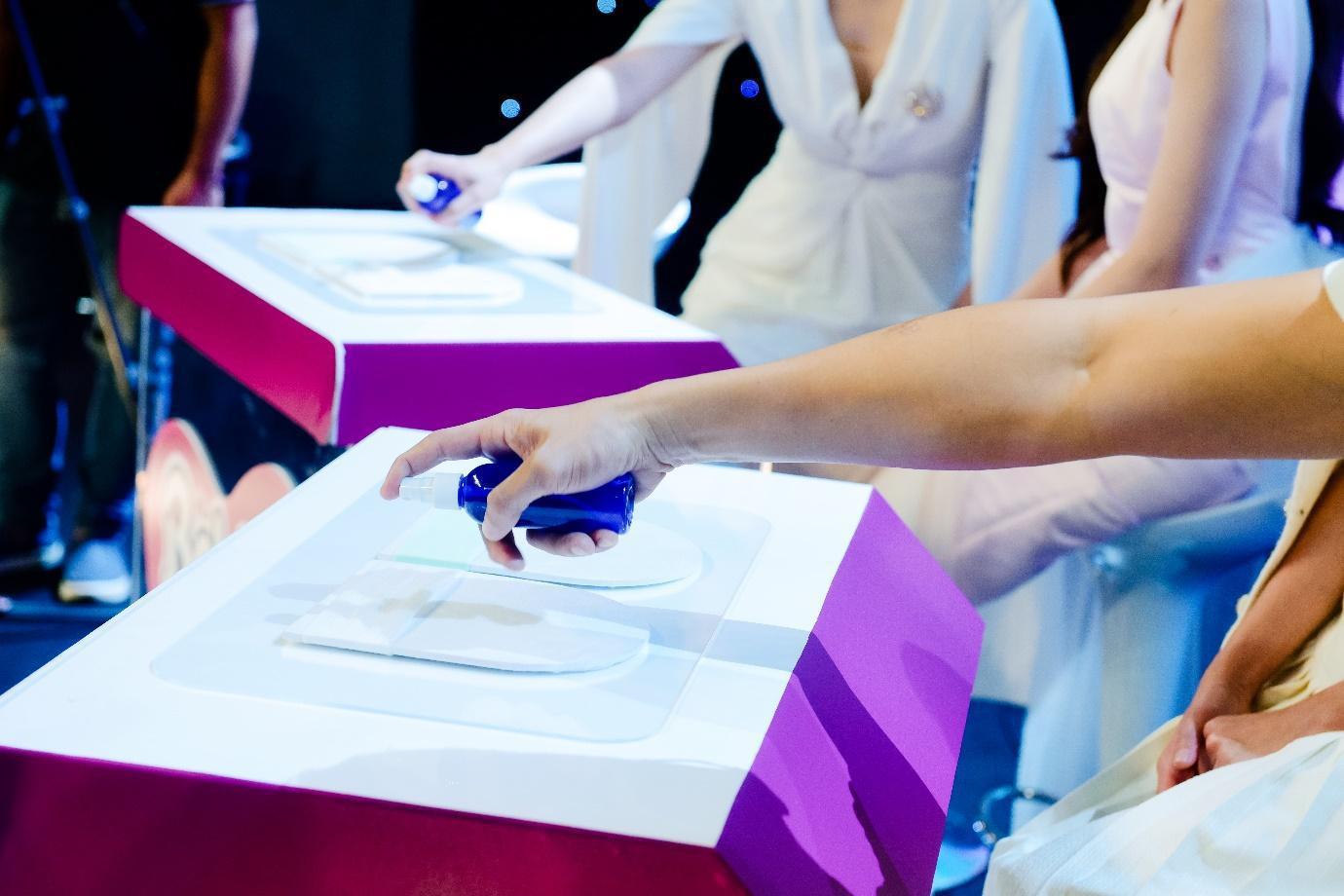 """Điều gì khiến dàn khách mời siêu mẫu Lan Khuê, Á hậu Tú Anh kinh ngạc trong sự kiện """"hạ cánh"""" siêu phẩm từ nhãn hiệu tã nổi tiếng? - Ảnh 3."""