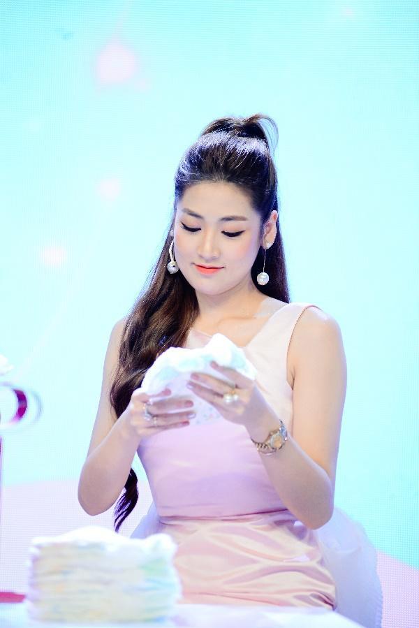 """Điều gì khiến dàn khách mời siêu mẫu Lan Khuê, Á hậu Tú Anh kinh ngạc trong sự kiện """"hạ cánh"""" siêu phẩm từ nhãn hiệu tã nổi tiếng? - Ảnh 5."""
