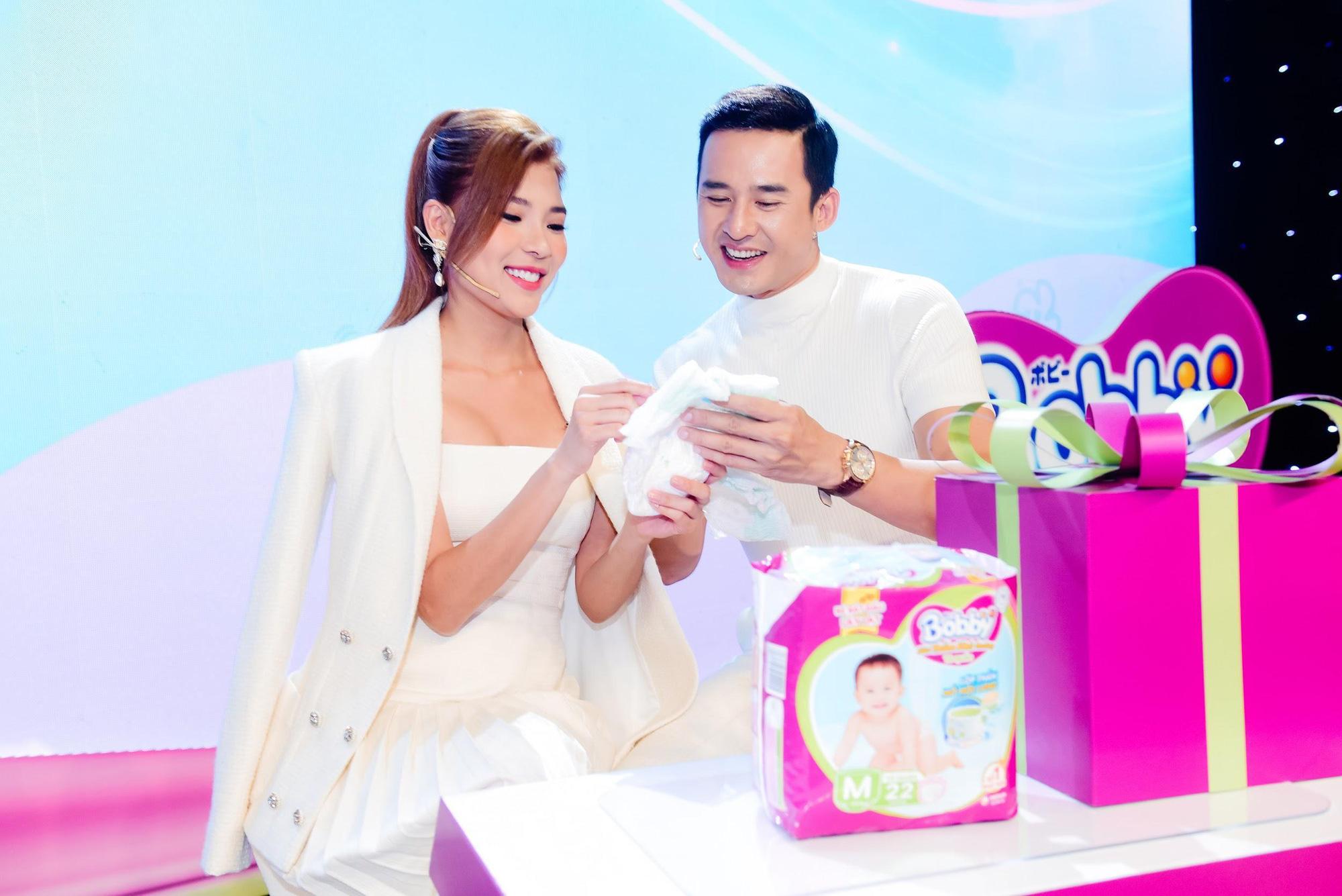 """Điều gì khiến dàn khách mời siêu mẫu Lan Khuê, Á hậu Tú Anh kinh ngạc trong sự kiện """"hạ cánh"""" siêu phẩm từ nhãn hiệu tã nổi tiếng? - Ảnh 9."""