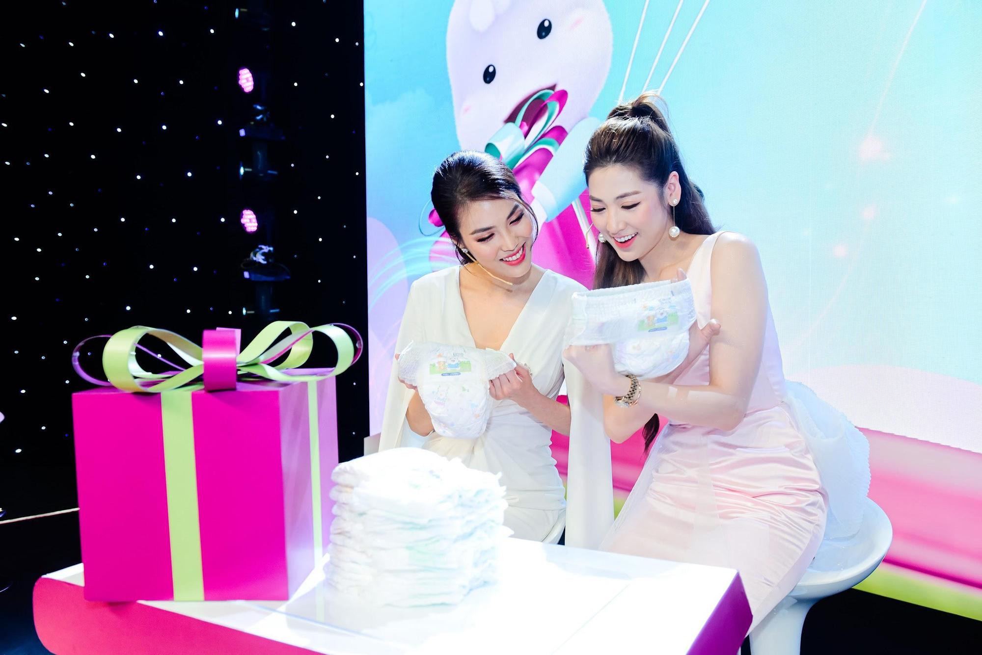 """Điều gì khiến dàn khách mời siêu mẫu Lan Khuê, Á hậu Tú Anh kinh ngạc trong sự kiện """"hạ cánh"""" siêu phẩm từ nhãn hiệu tã nổi tiếng? - Ảnh 10."""
