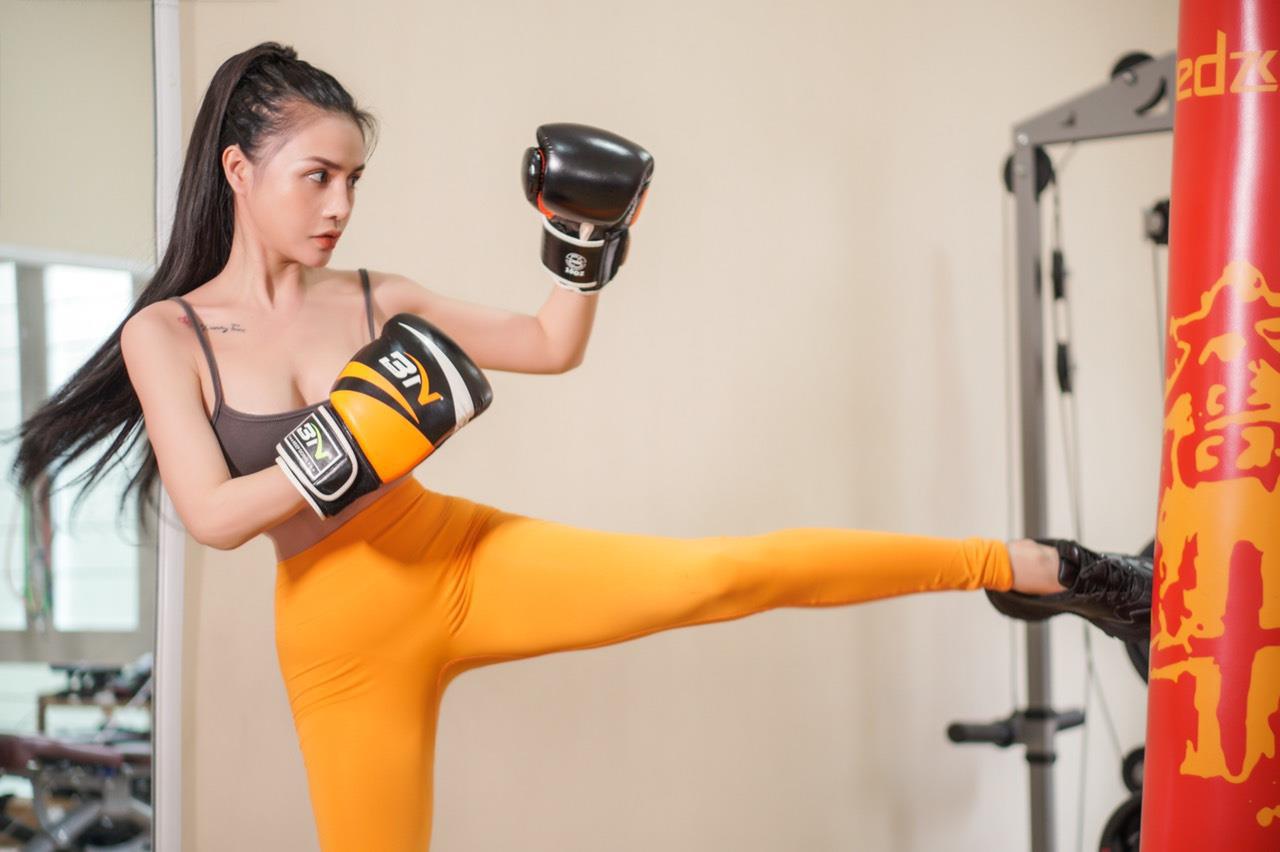 Nữ huấn luyện viên chia sẻ kinh nghiệm giữ eo bằng các bài tập slim body - Ảnh 1.