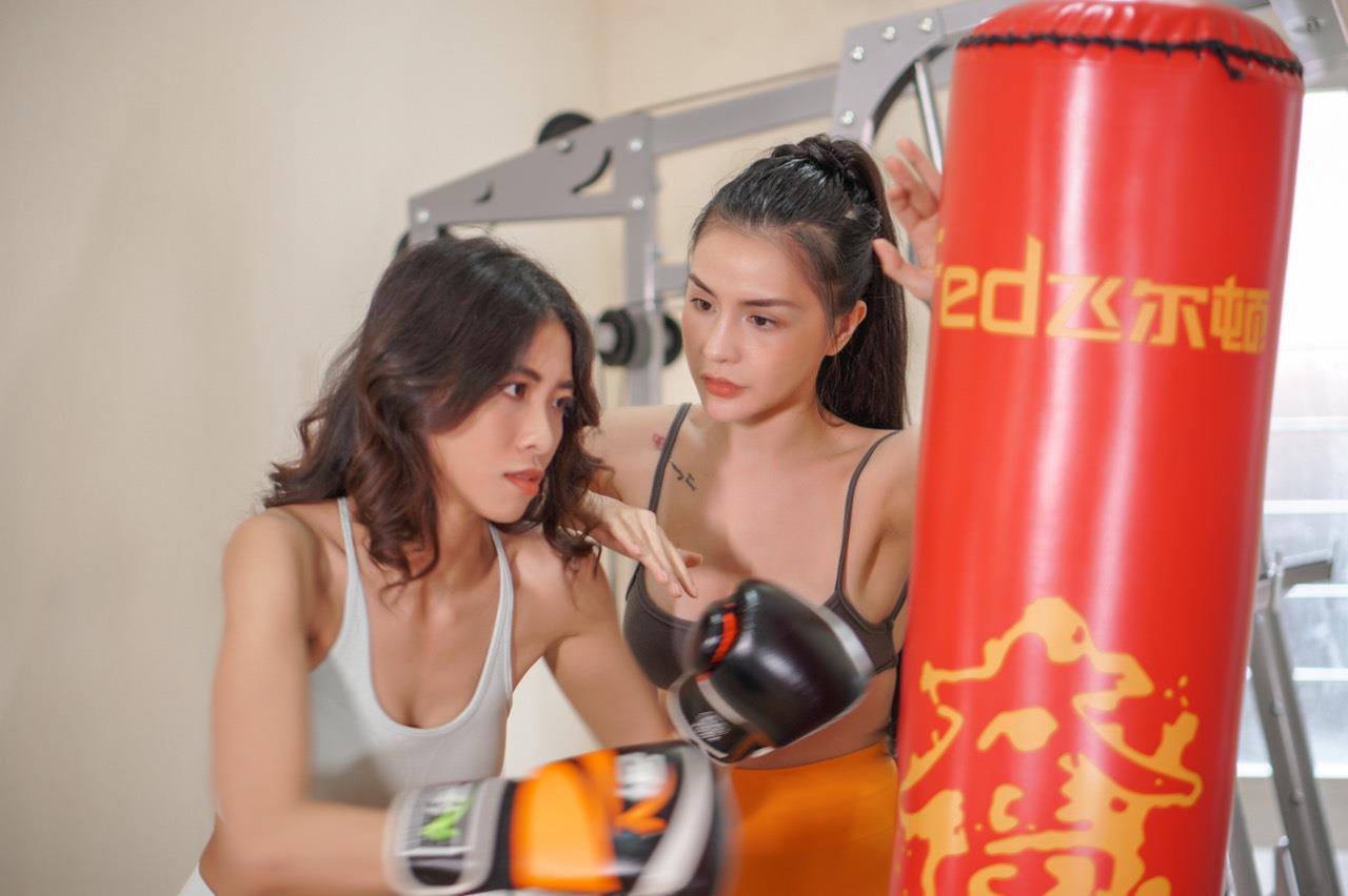 Nữ huấn luyện viên chia sẻ kinh nghiệm giữ eo bằng các bài tập slim body - Ảnh 2.