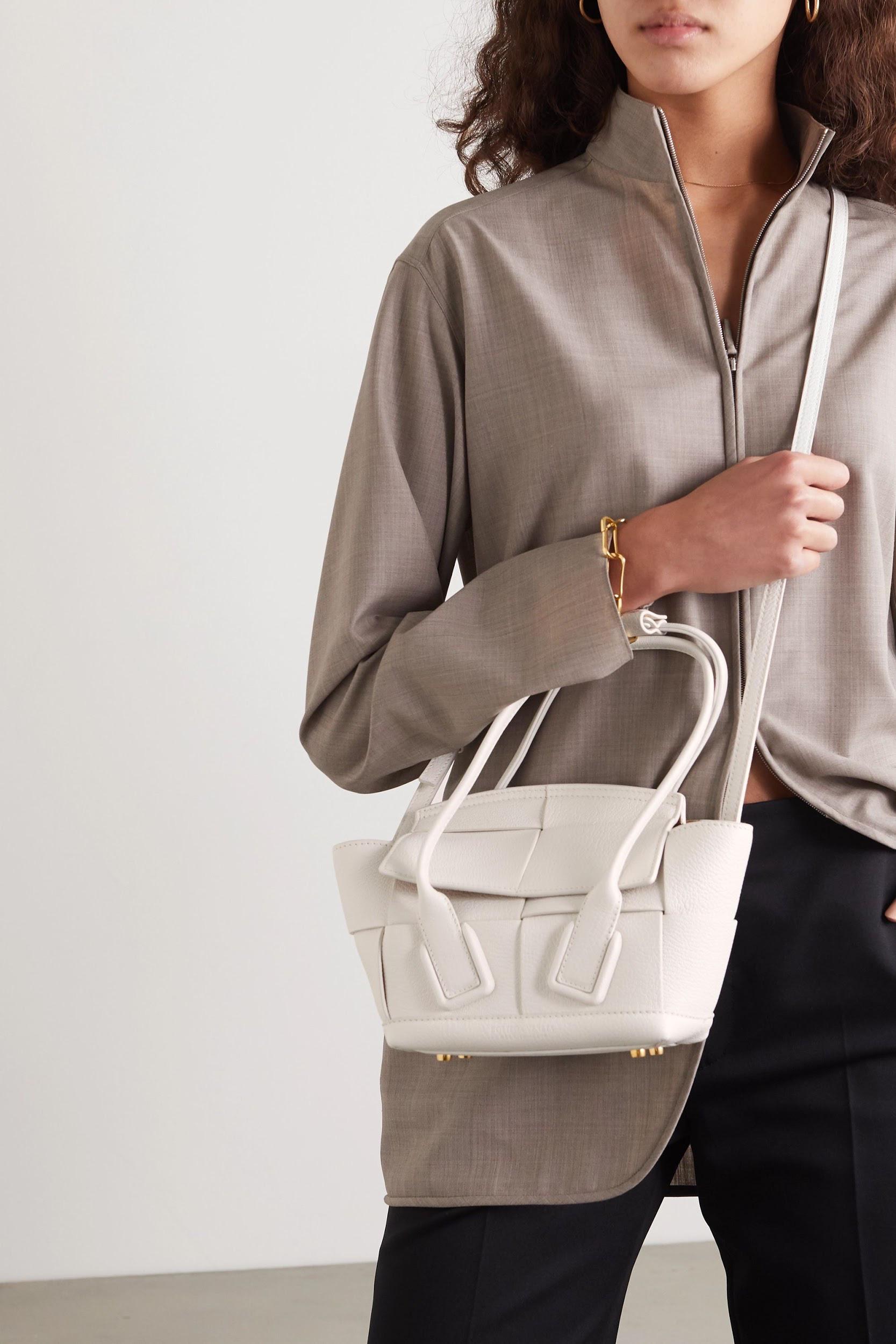 Không khóa đóng, không logo nổi bật, chiếc túi này có gì hot mà khiến loạt fashionista thế giới phải điên đảo? - Ảnh 1.