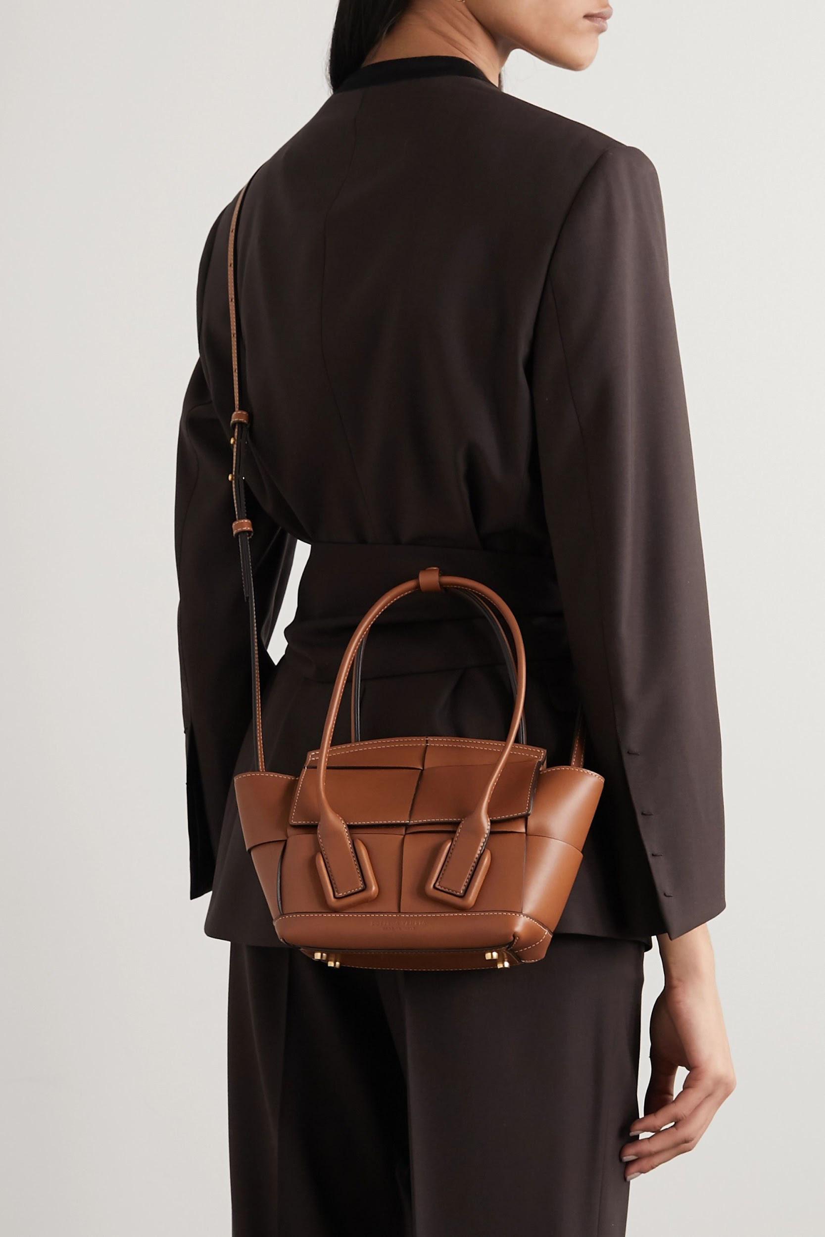 Không khóa đóng, không logo nổi bật, chiếc túi này có gì hot mà khiến loạt fashionista thế giới phải điên đảo? - Ảnh 2.