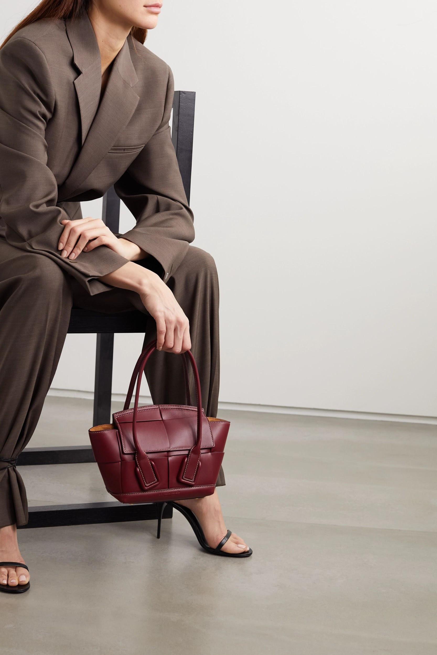 Không khóa đóng, không logo nổi bật, chiếc túi này có gì hot mà khiến loạt fashionista thế giới phải điên đảo? - Ảnh 3.