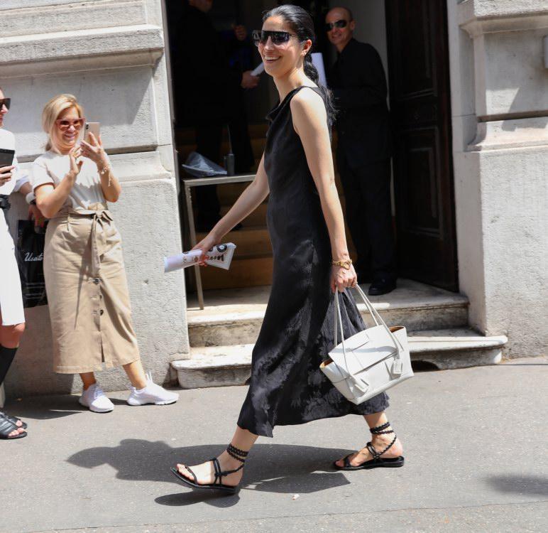 Không khóa đóng, không logo nổi bật, chiếc túi này có gì hot mà khiến loạt fashionista thế giới phải điên đảo? - Ảnh 5.