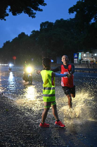 """""""Lên cùng Việt Nam"""" trích 1 tỷ đồng quyên góp được để ủng hộ đồng bào lũ lụt miền Trung - Ảnh 2."""