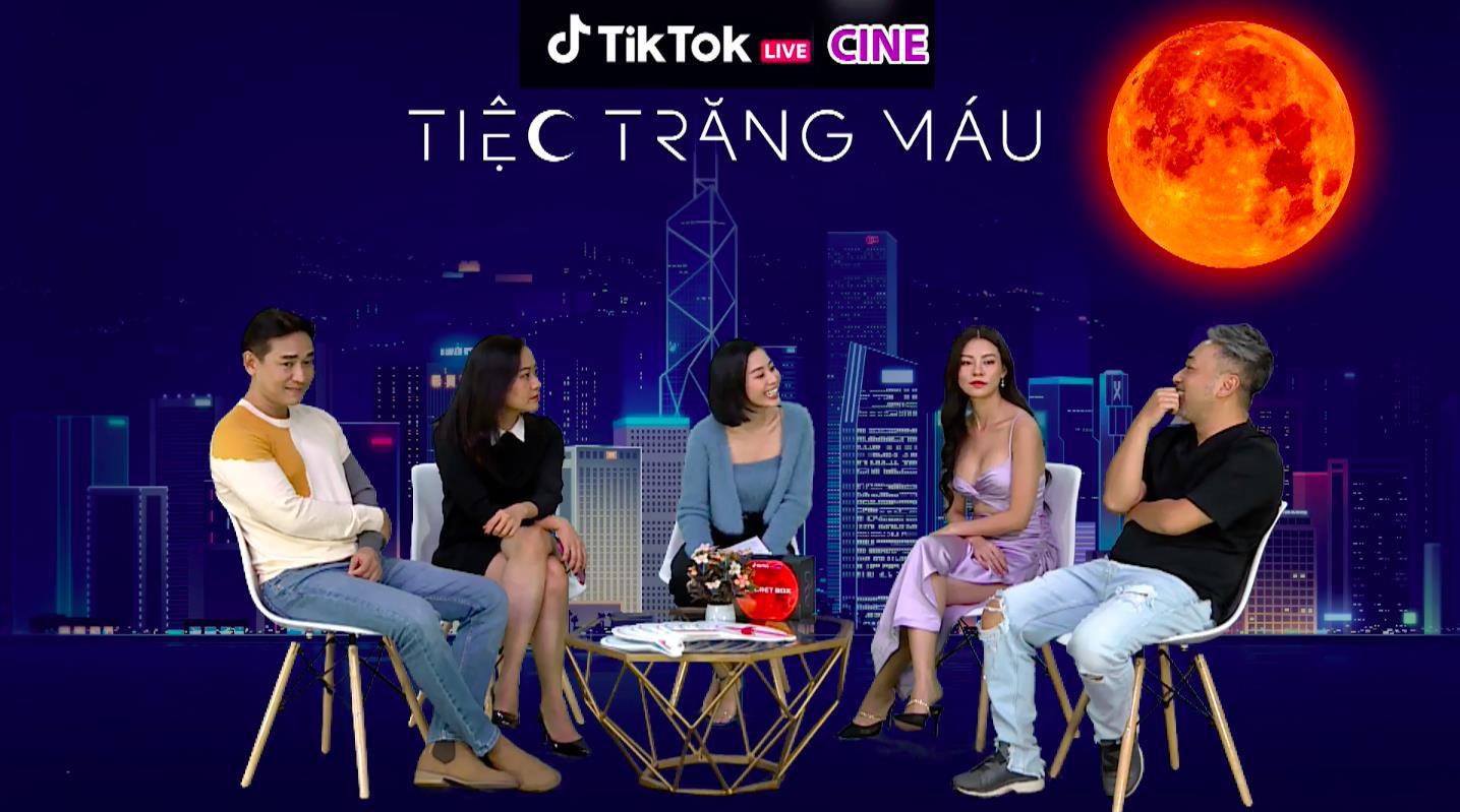 """Đạo diễn, diễn viên Tiệc Trăng Máu chơi thử thách cực """"lầy lội"""" trên livestream của TikTok - Ảnh 1."""