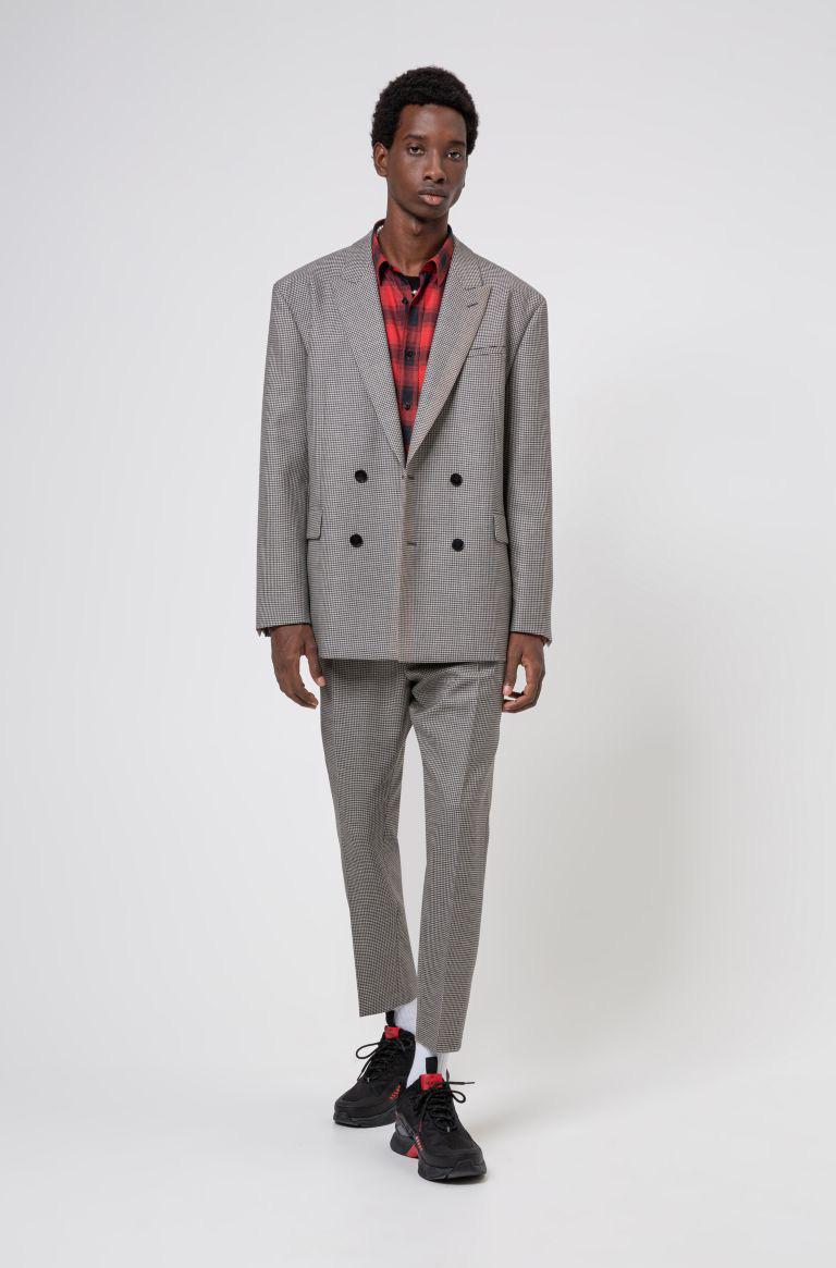 Ném suit vào máy giặt, gấp gọn bỏ vali: Loạt phục trang ứng dụng thú vị từ HUGO ghi điểm mạnh mẽ với phong cách quý ông - Ảnh 1.
