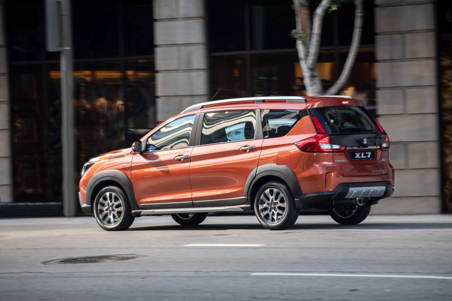 SUV XL7 hoàn toàn mới mang thiết kế khỏe khoắn với các tấm ốp vòm bánh xe màu đen và giá nóc thể thao