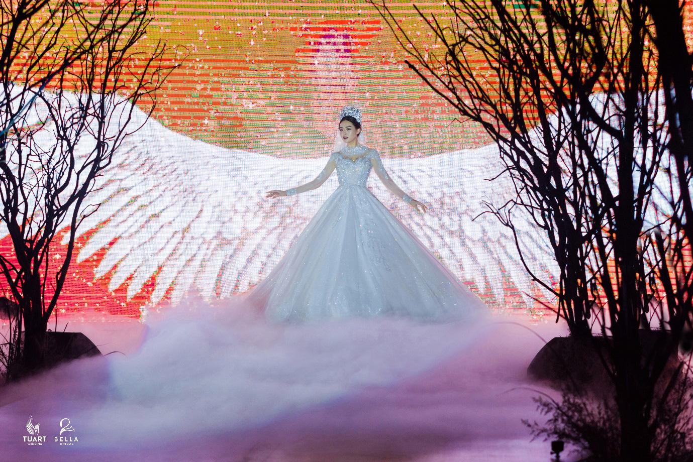 Á hậu Tường San, người mẫu một tay Hà Phương thu hút mọi ánh nhìn trong show diễn váy cưới đỉnh cao Bella Fashion Show - Ảnh 1.