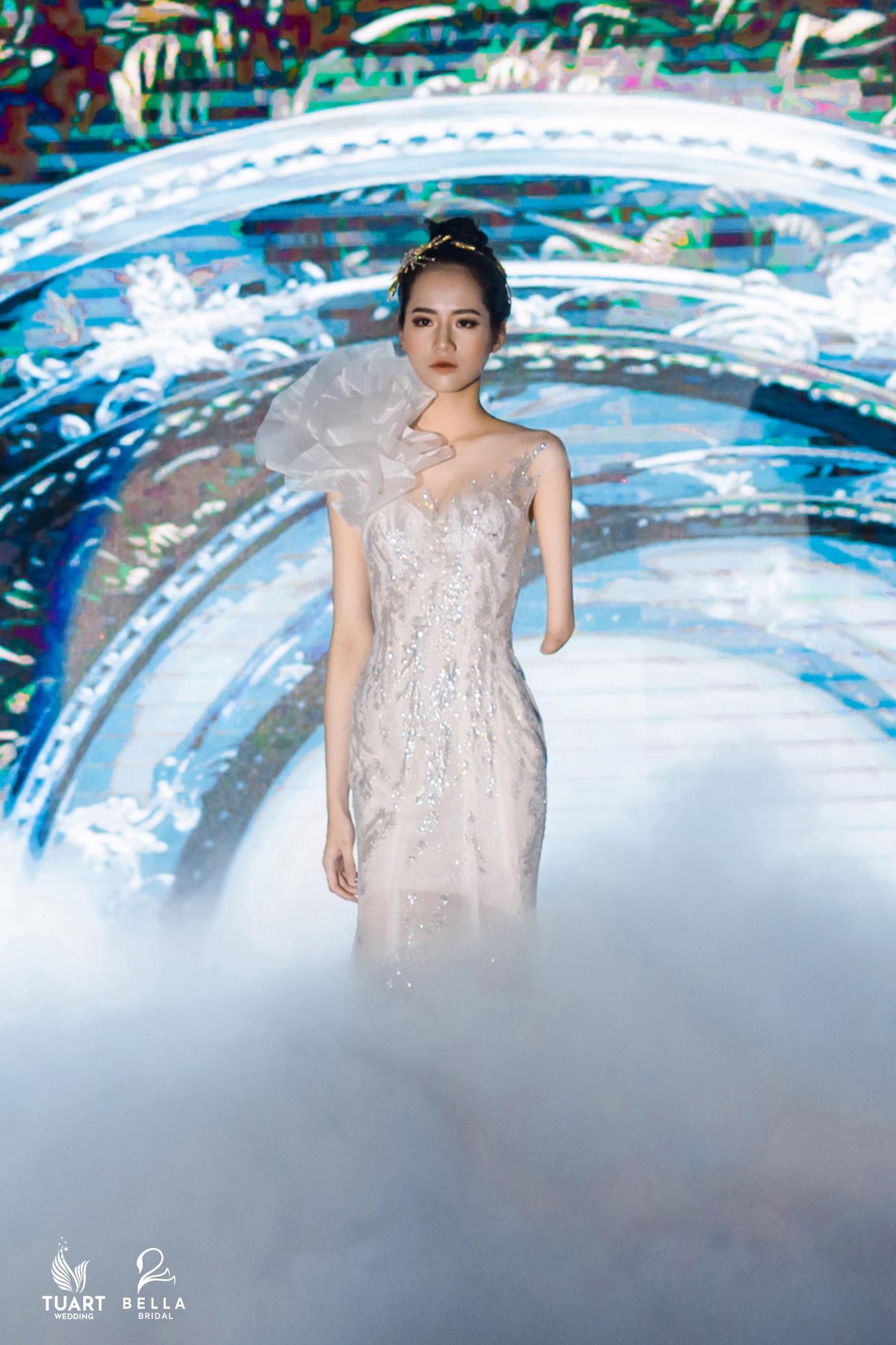 Á hậu Tường San, người mẫu một tay Hà Phương thu hút mọi ánh nhìn trong show diễn váy cưới đỉnh cao Bella Fashion Show - Ảnh 2.
