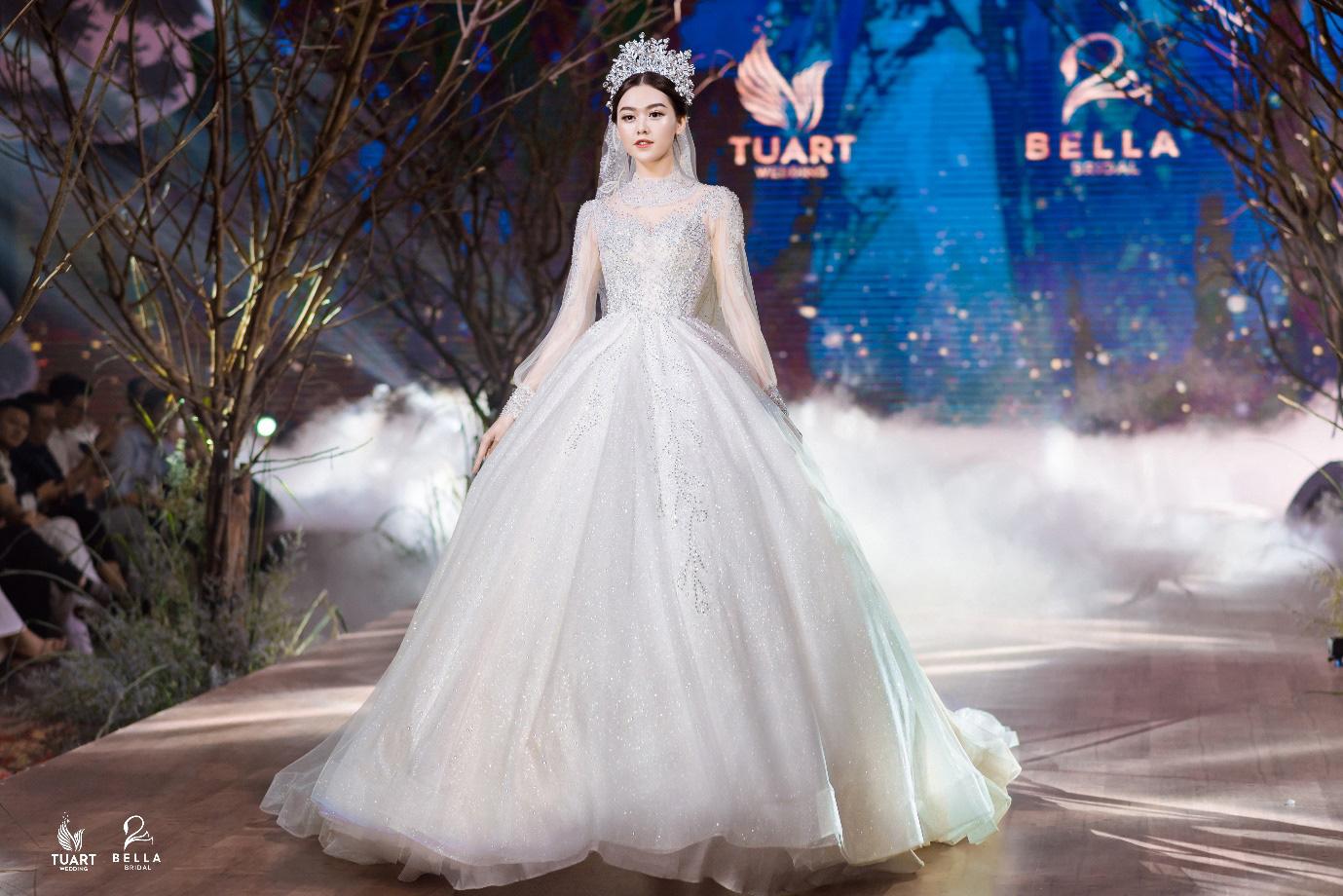 Á hậu Tường San, người mẫu một tay Hà Phương thu hút mọi ánh nhìn trong show diễn váy cưới đỉnh cao Bella Fashion Show - Ảnh 4.