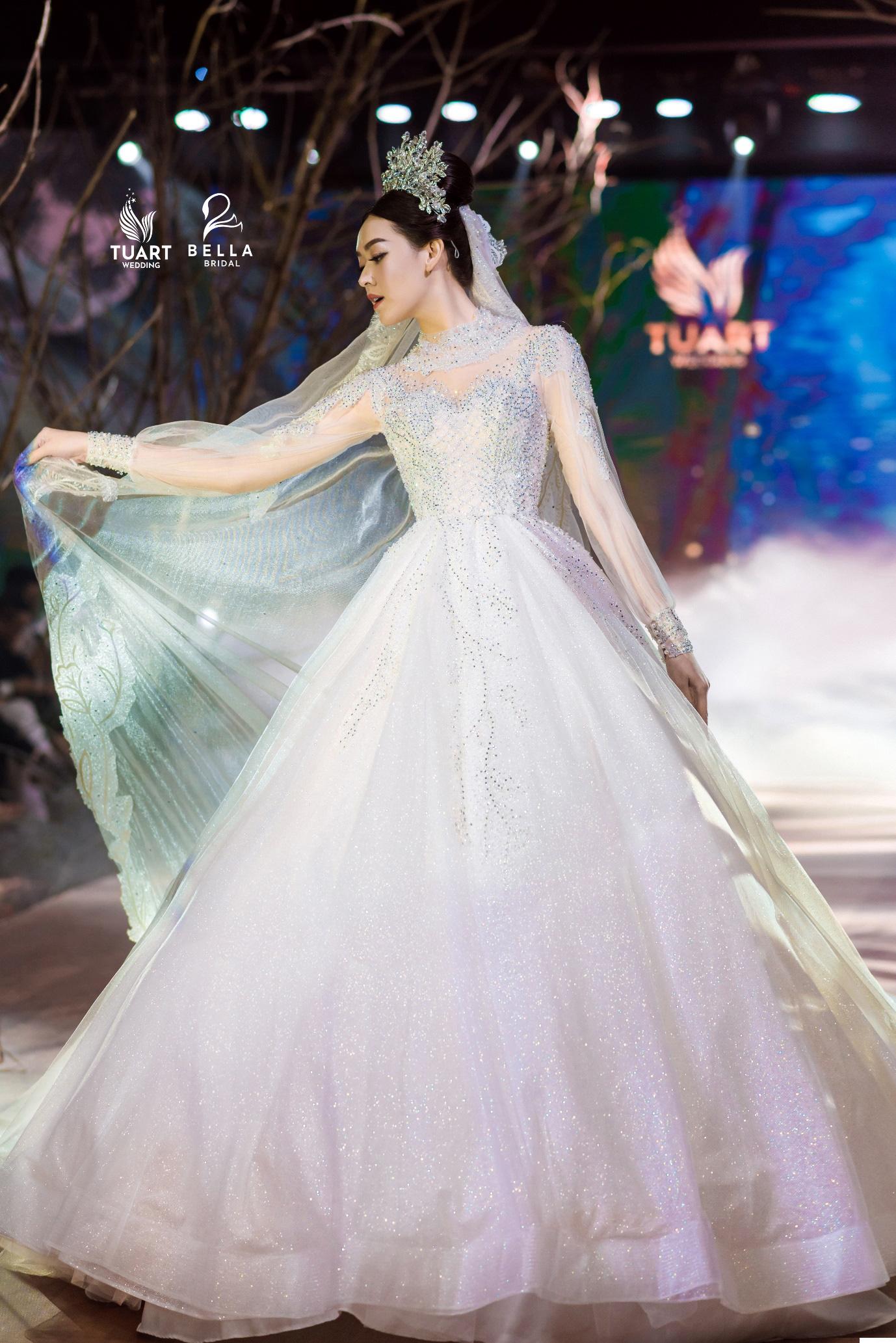 Á hậu Tường San, người mẫu một tay Hà Phương thu hút mọi ánh nhìn trong show diễn váy cưới đỉnh cao Bella Fashion Show - Ảnh 5.