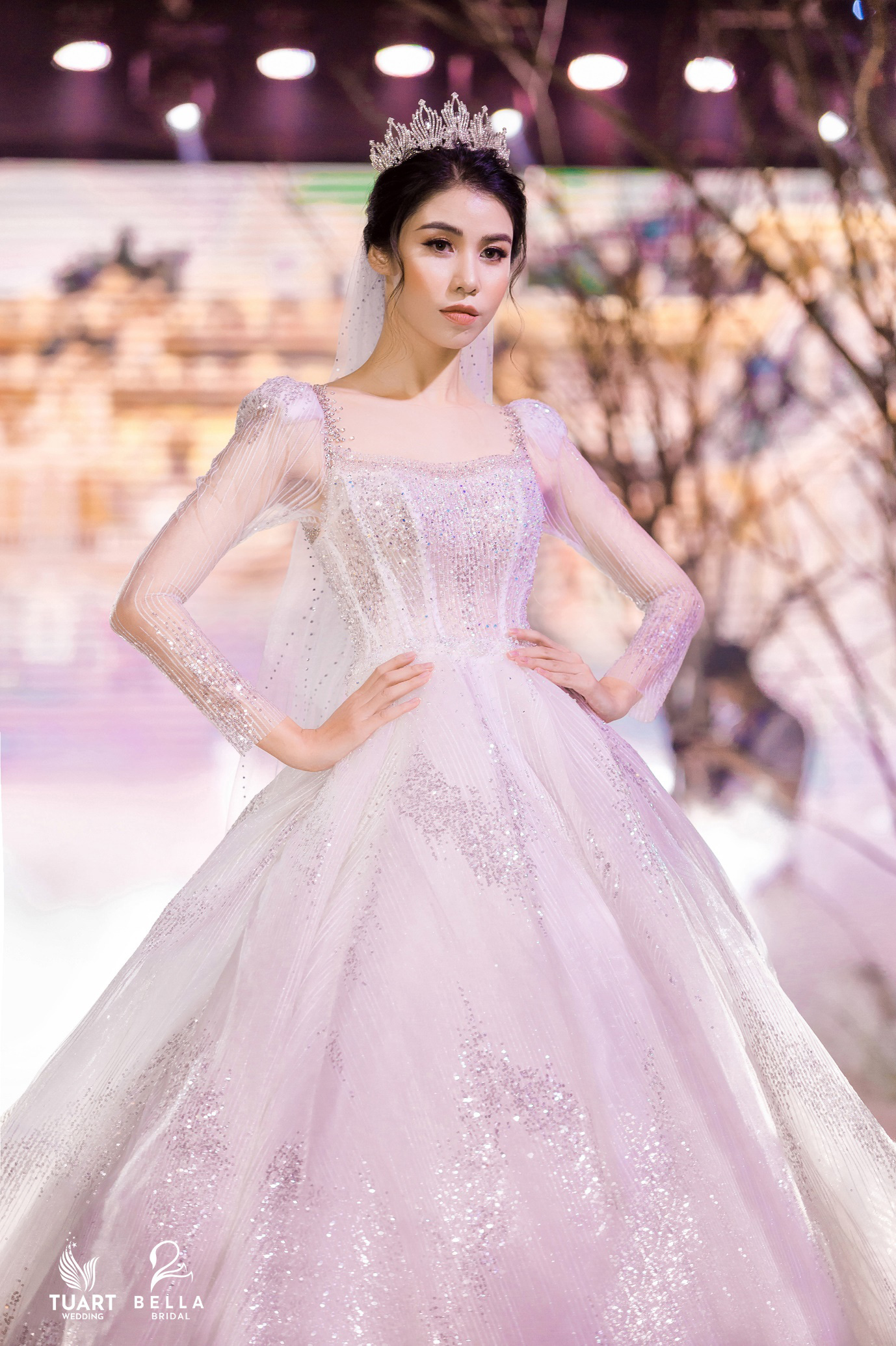 Á hậu Tường San, người mẫu một tay Hà Phương thu hút mọi ánh nhìn trong show diễn váy cưới đỉnh cao Bella Fashion Show - Ảnh 6.