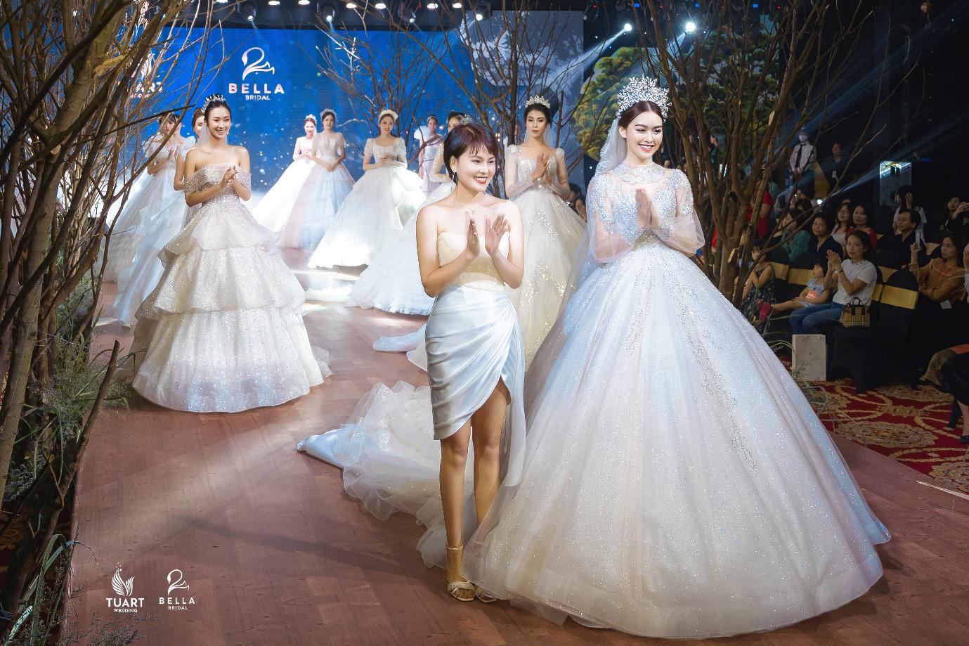 Á hậu Tường San, người mẫu một tay Hà Phương thu hút mọi ánh nhìn trong show diễn váy cưới đỉnh cao Bella Fashion Show - Ảnh 7.