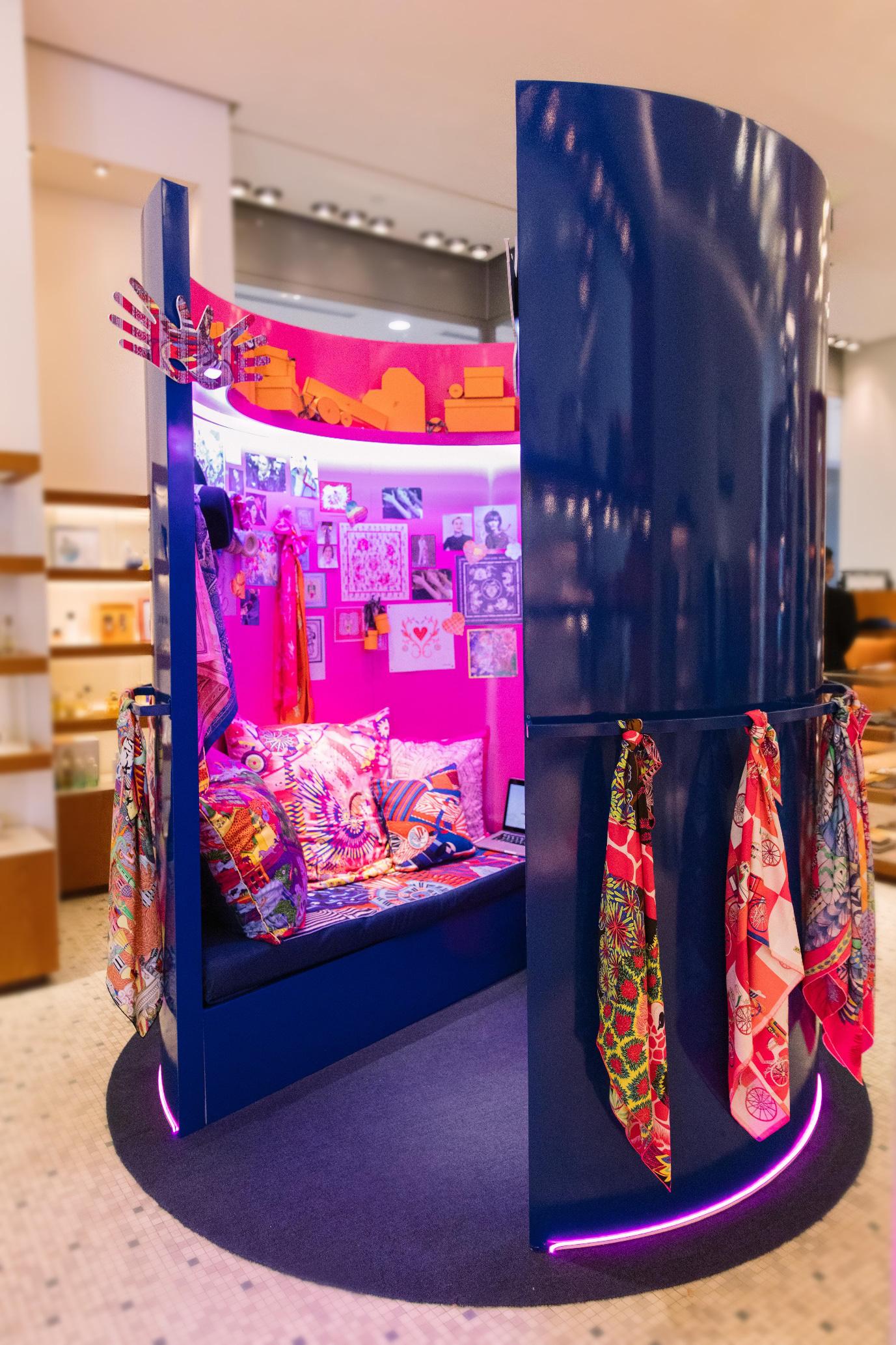 """Tú Hảo, Hòa Minzy, Khánh Linh, Amee và dàn sao Sài thành nô nức check-in """"Căn phòng hồng"""" tại cửa hàng Hermès - Ảnh 2."""