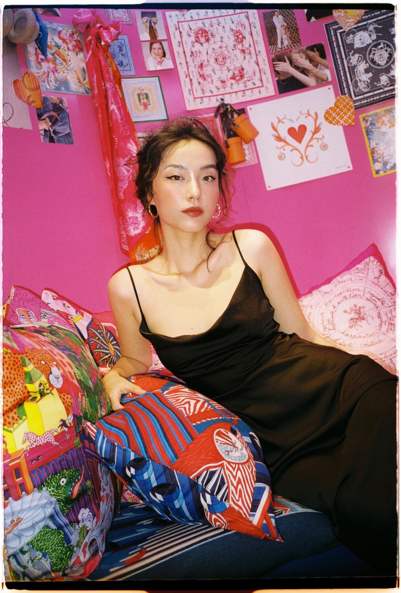 """Tú Hảo, Hòa Minzy, Khánh Linh, Amee và dàn sao Sài thành nô nức check-in """"Căn phòng hồng"""" tại cửa hàng Hermès - Ảnh 11."""