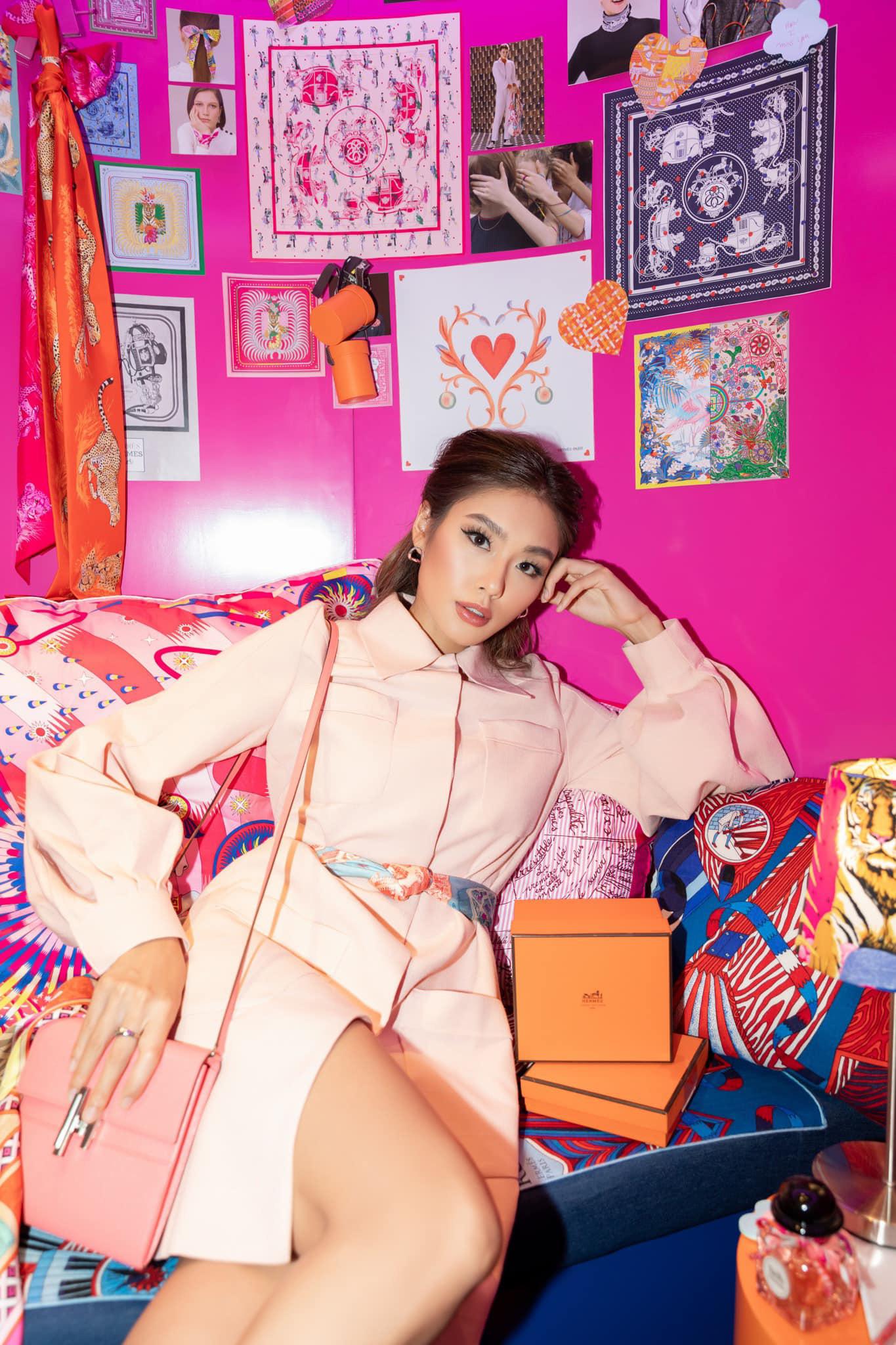 """Tú Hảo, Hòa Minzy, Khánh Linh, Amee và dàn sao Sài thành nô nức check-in """"Căn phòng hồng"""" tại cửa hàng Hermès - Ảnh 6."""