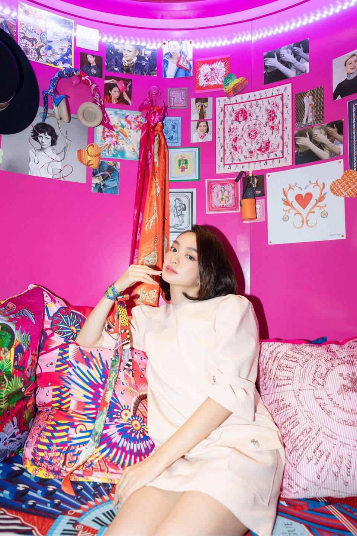 """Tú Hảo, Hòa Minzy, Khánh Linh, Amee và dàn sao Sài thành nô nức check-in """"Căn phòng hồng"""" tại cửa hàng Hermès - Ảnh 8."""