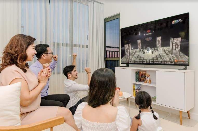 """Cười té ghế với loạt ảnh người Việt """"dán mắt"""" xem Super Show trực tuyến, say sưa đến bỏ ăn, bỏ làm - Ảnh 1."""