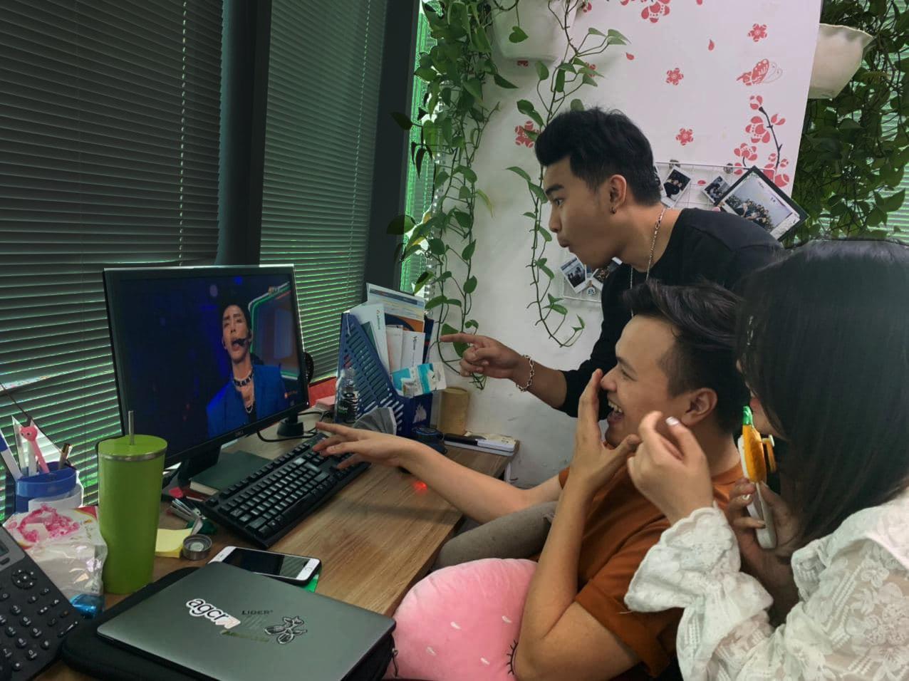 """Cười té ghế với loạt ảnh người Việt """"dán mắt"""" xem Super Show trực tuyến, say sưa đến bỏ ăn, bỏ làm - Ảnh 6."""